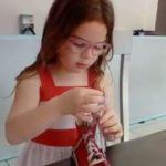 Noélie fait ses lacets.